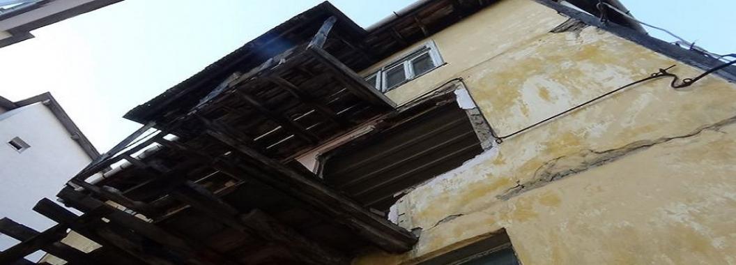 Binadan Parçalar Dökülüyor Halk Telaşlı